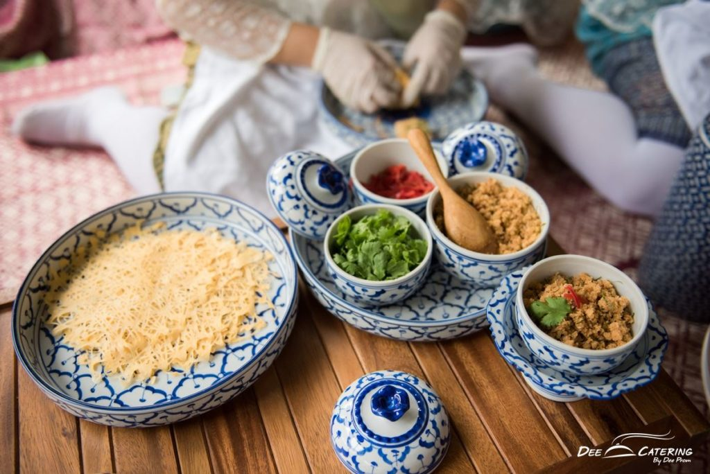 ซุ้มอาหาร สาธิตทำขนมไทยล่าเตียง